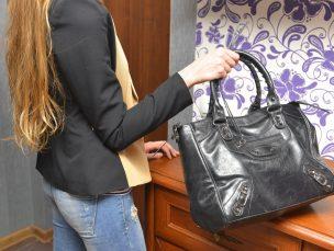 ブランドバッグを持つ女性